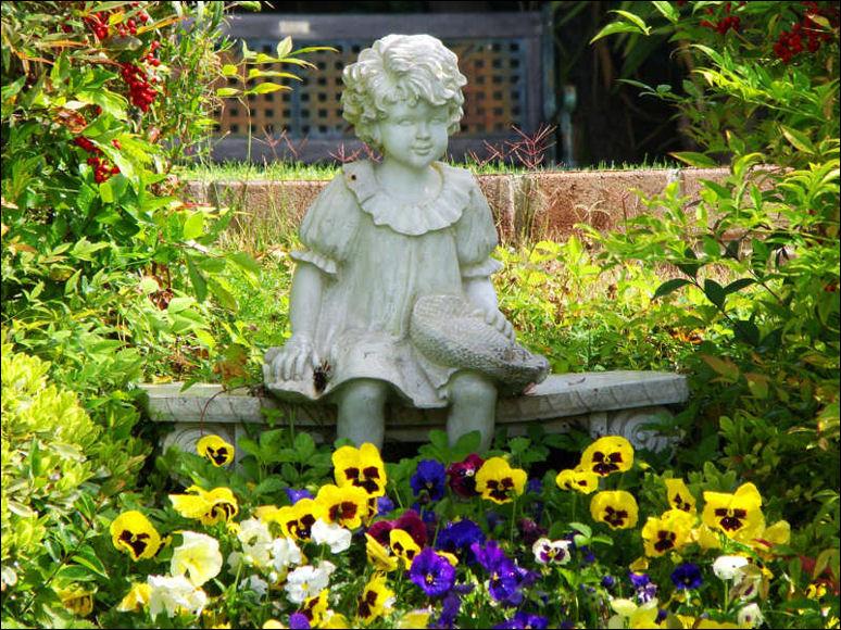 My garden queen bee for Garden sit out designs
